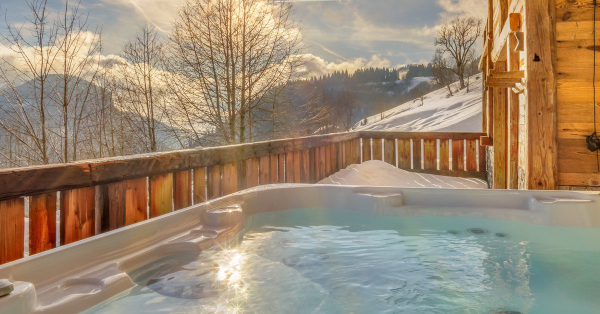 Chlorine vs Saltwater Hot Tubs: Which is Better for Your Backyard?